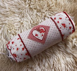 Подушка цилиндр-Сердце с розочками