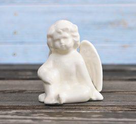 Фигурка задумчивый ангелочек сидящий Леандра h8cm 1007706-3  сид кол.